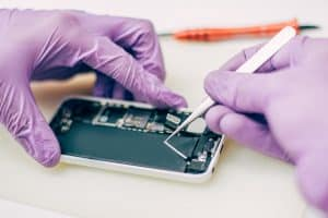 טכנאי מבצע תיקון טלפונים עד הבית דיל פיקס מעבדה לתיקון סלולרי